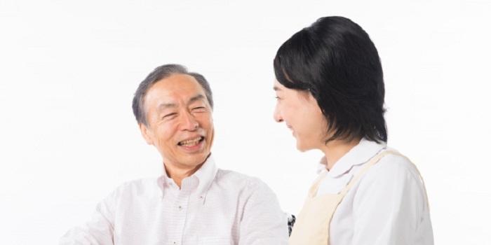 談笑する高齢者と介護士
