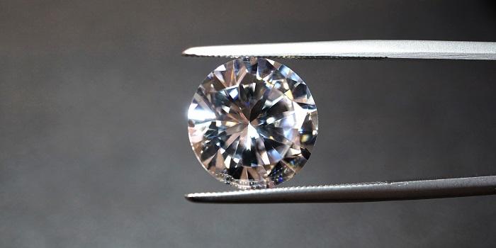 ピンセットの挟まれたダイヤ