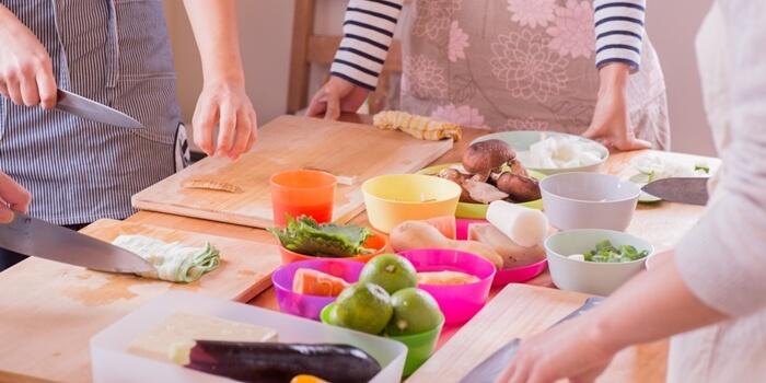 料理する女性たち