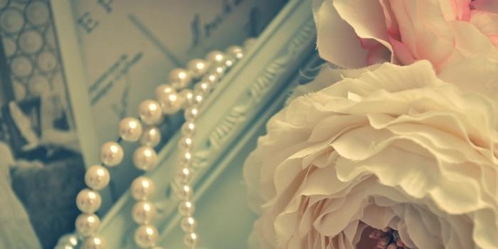 ネックレスと花