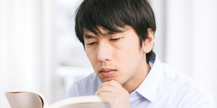 テキストを読む男性