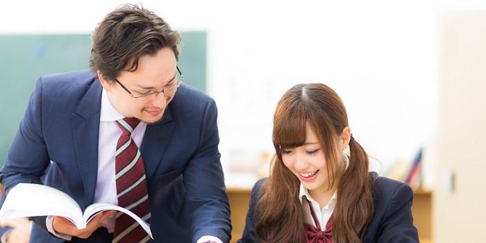 生徒に優しく教える講師