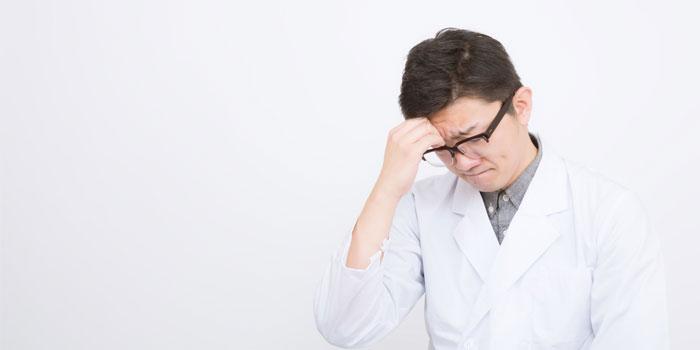 悩む医学生