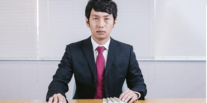 札束を用意する会計士