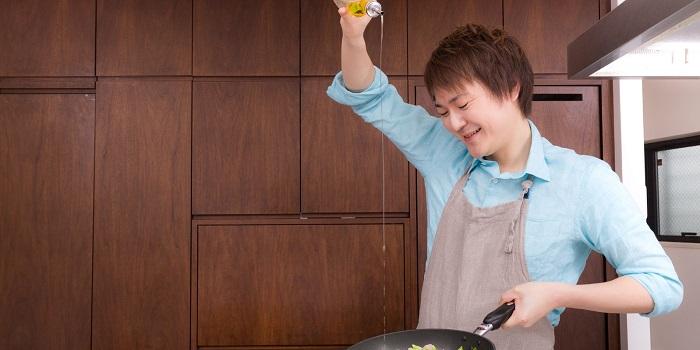オリーブオイルを高い打点から注ぐ食生活アドバイザー