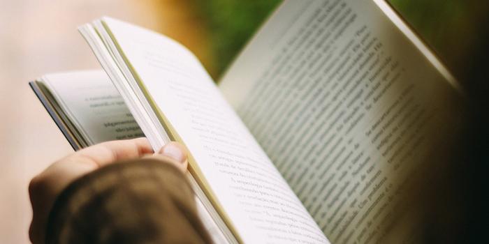 行政書士試験の参考書を読む人