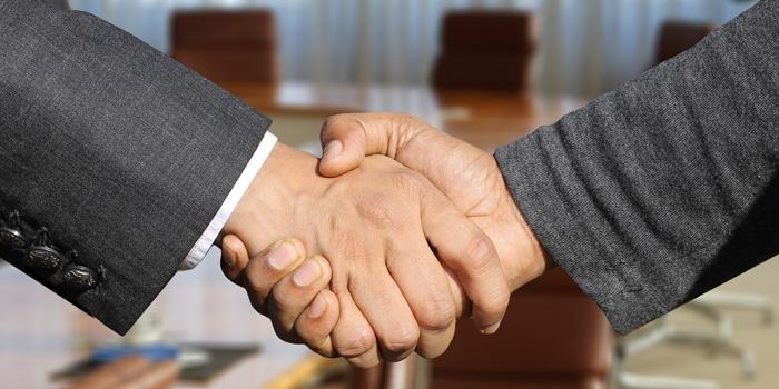 男性の握手