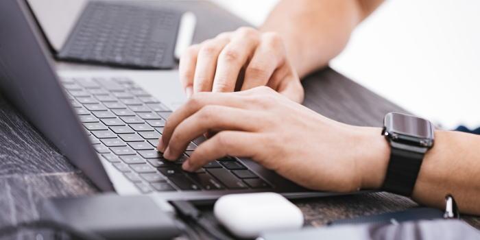 ブログで収入を得る男性