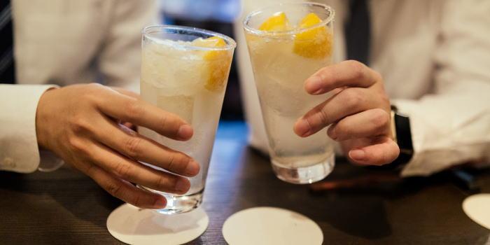 バーでお酒を飲んで乾杯している男性