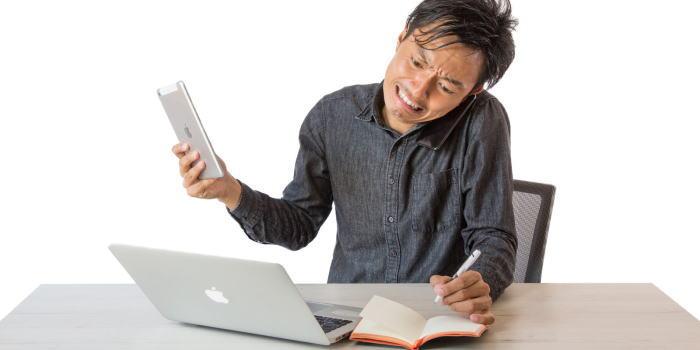 カクテルについて勉強している男性