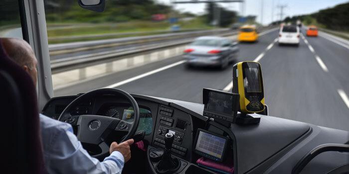 安全運転をするバスドライバー