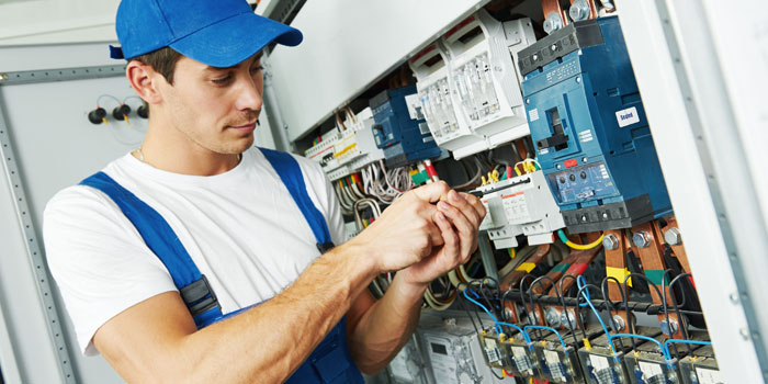 電気工事中の作業員