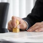 登記簿への判を押す司法書士