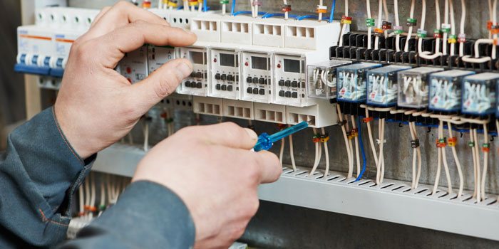 電気主任技術者の仕事の様子